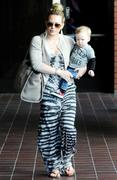 http://img285.imagevenue.com/loc433/th_868781199_Hilary_Duff_takes_her_son_to_Babies_First_Class6_122_433lo.jpg